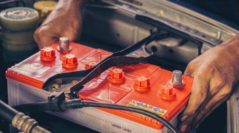 Автомобильный аккумулятор в машине